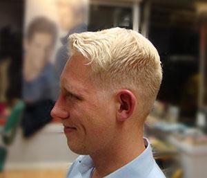 Junger Mann mit kurzem Haarschnitt